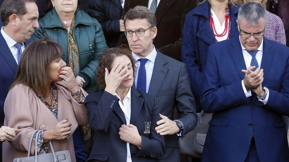 violenciamachista.El presidente de la Xunta, Alberto Núñez Feijóo, consuela a una funcionaria de la Xunta, que es tía de María Enjamio, asesinada la noche del viernes en Vigo, durante la concentración contra la violencia machista ante la Xunta de Galicia, en Santiago de Compostela
