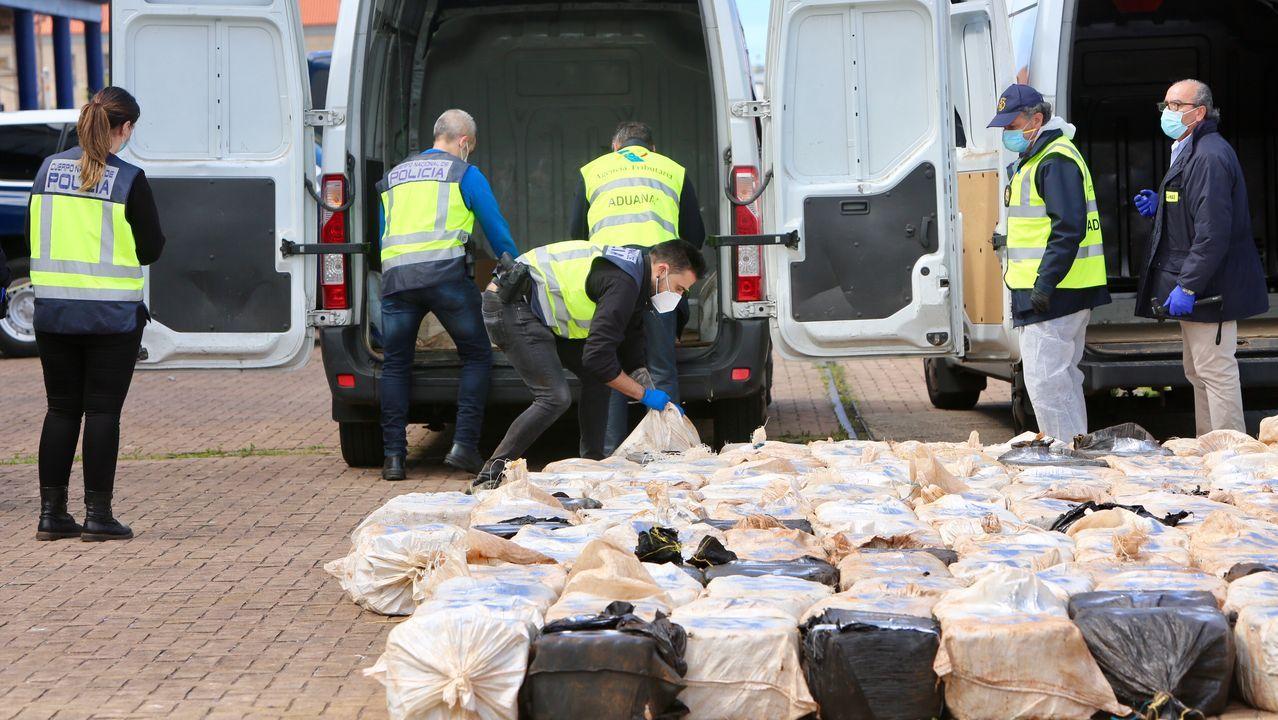 Llegada a puerto del alijo de los narcos de Arousa: 4.500 kilos.Imagen de archivo de un coche patrulla de la Policía Nacional