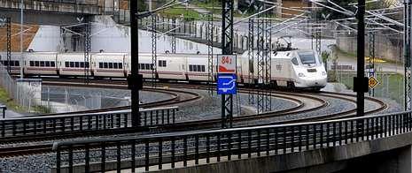 Un tren Alvia S-730 circulando ayer por la curva de Angrois, donde se produjo el accidente en el que murieron 79 personas.