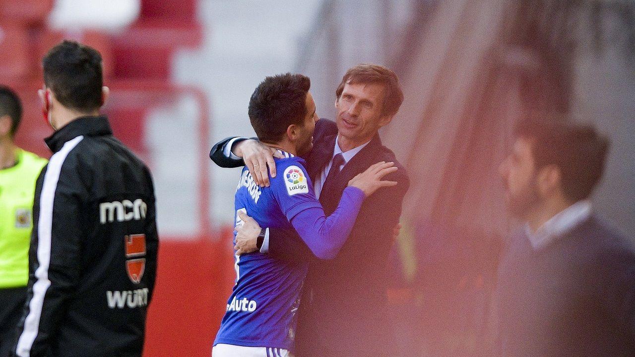 Johannesson y Cuco Ziganda se abrazan para celebrar el 1-0 ante el Sporting en el derbi