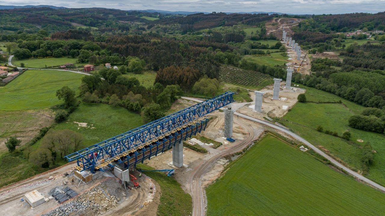 Los pilares del puente carretero más largo de la provincia de Lugo, el de Pambre de la A-54, ya están colocados