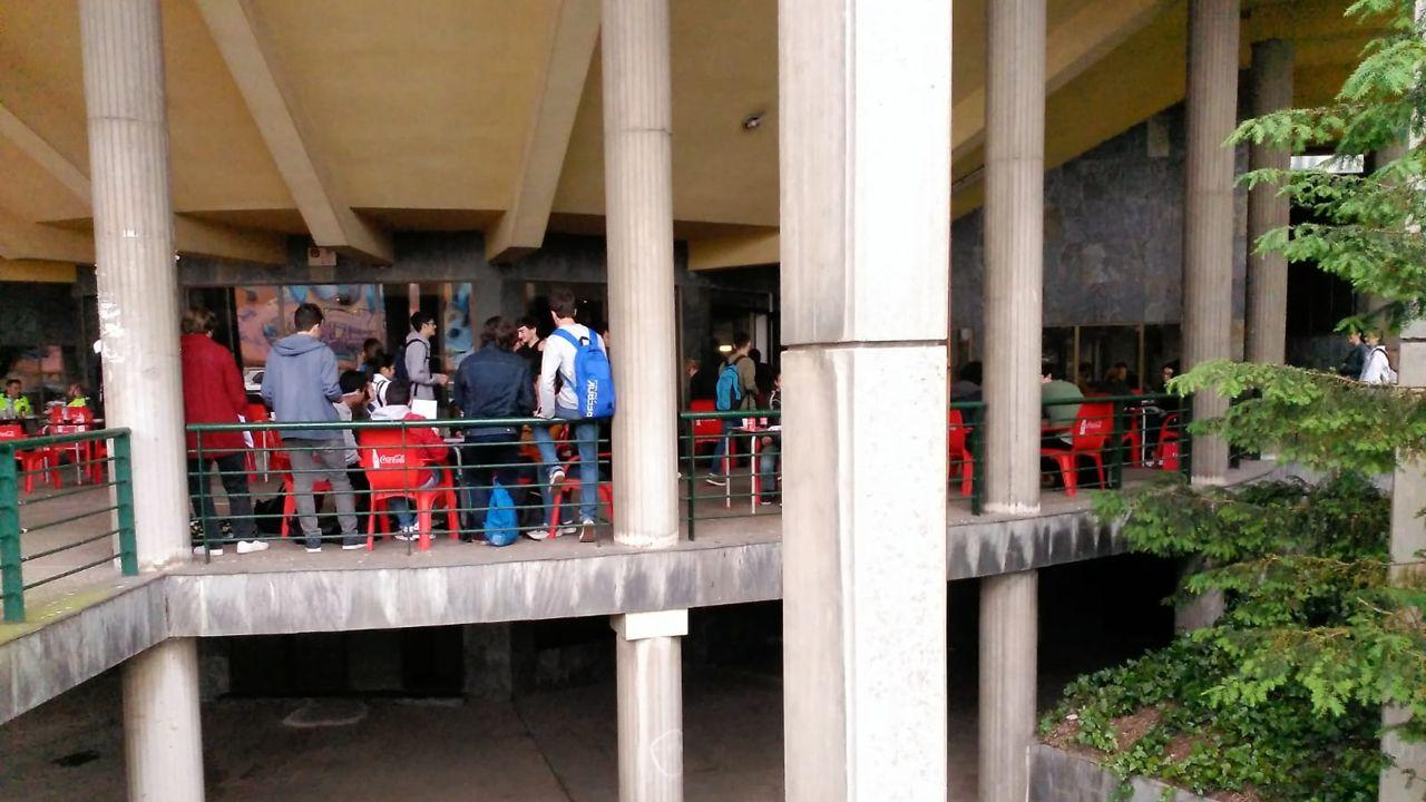 Los estudiantes, antes de enfrentarse a la EBAU, se relajan en la cafetería de la Facultad de Economía y Empresa