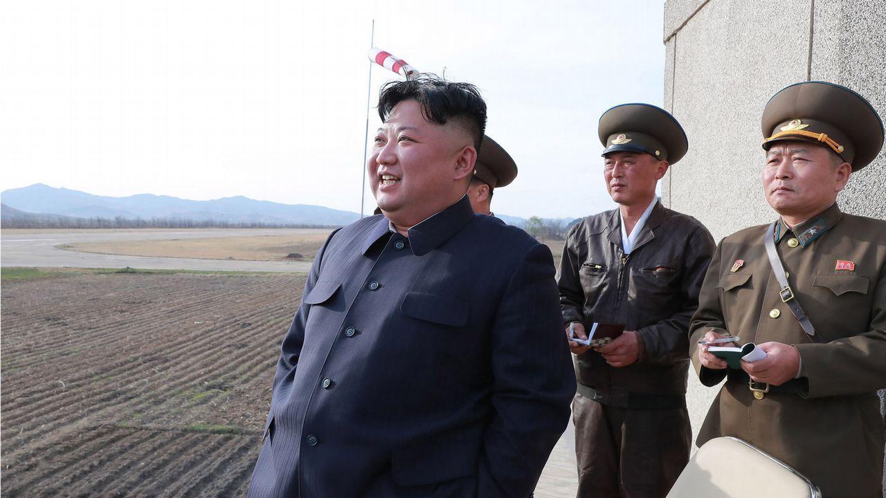 Kim Jong Un, en un cuartel militar supervisando un vuelo