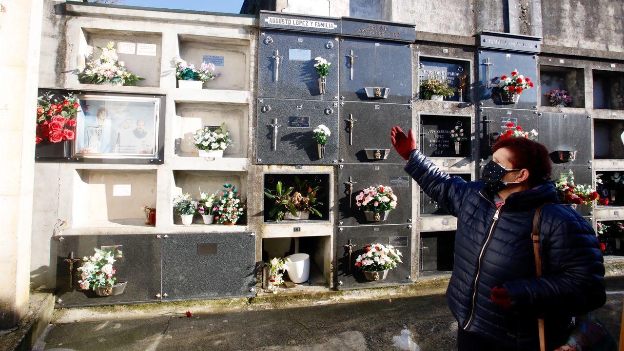 Carmen Olivares, vecina de Sarria apuntada en las listas, junto al nicho provisional de su marido
