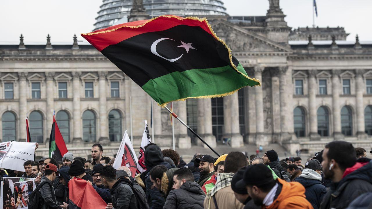 Un centenar de personas ondean la bandera libia en una protesta en Berlín contra el mariscal Jalifa Haftar
