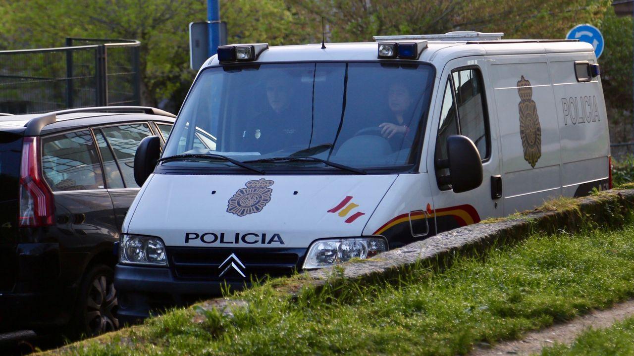 Traslado de Arousa a Vigo de tres gallegos detenidos en la operación Terrón dulce el pasado mes de marzo