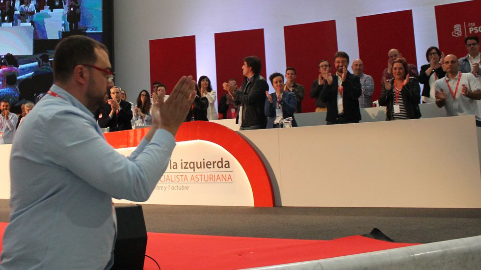 El presidente del Principado, Javier Fernández, y el rector de la Universidad de Oviedo, Santiago García Granda, firman el contrato-programa.Adrián Barbón sube al escenario del Calatrava ante los aplausos de su Ejecutiva