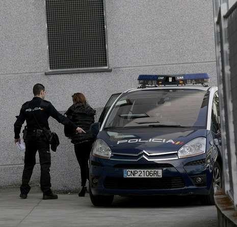 Dos de las cuatro mujeres detenidas en la operación, ayer en los juzgados.