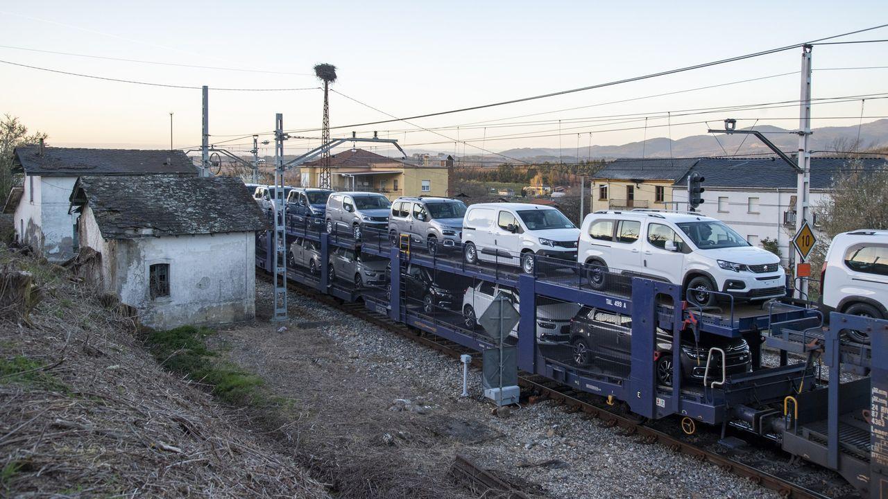 Un tren de mercancías procedente de Vigo atraviesa la estación de A Pobra do Brollón