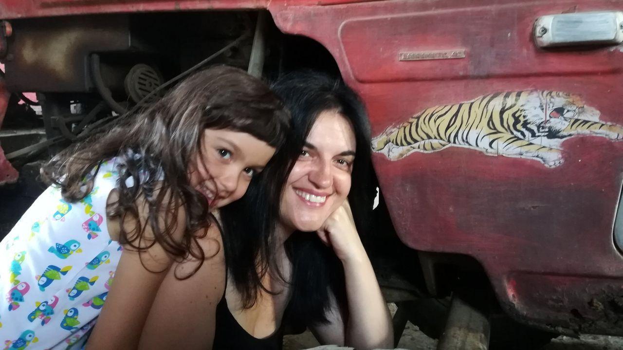 Olga Novo, coa súa filla xunto ao tractor do seu pai en Vilarmao