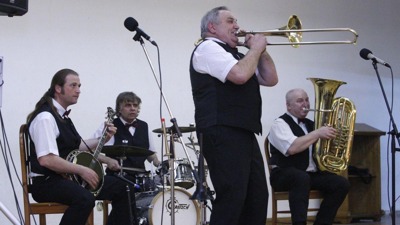 Así suena la Old Timers Jazz Band de Praga.Billetes y monedas de euro