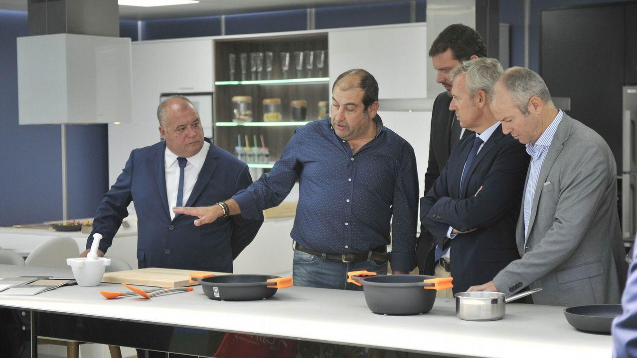 Trabajadores de Alcoa durante la asamblea celebrada en Avilés donde los representantes de los empleados de la planta asturiana y de la A Coruña