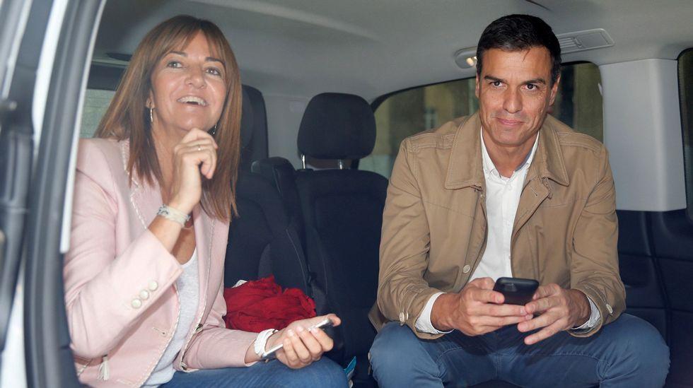 Sánchez desafía la presión de los barones y rechaza investir a Rajoy: «No es no».La candidata del PSE, Idoia Mendia, y Sánchez en la furgoneta que utilizan para la campaña vasca.