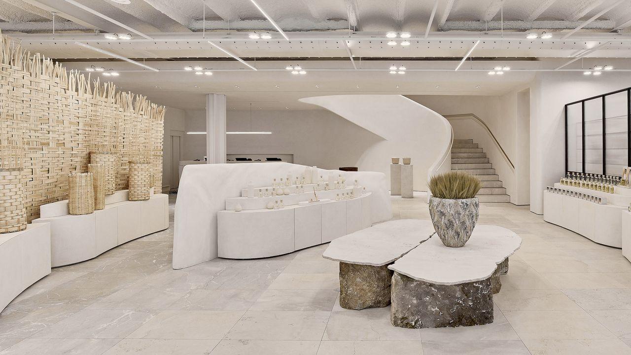 A la izquierda se observa el panel de cestería creado por Idoia Cuesta para el Zara Home de A Coruña