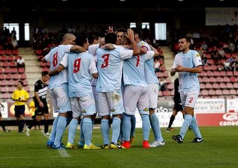 Jugadores del Compos celebran un gol ante el Lealtad.