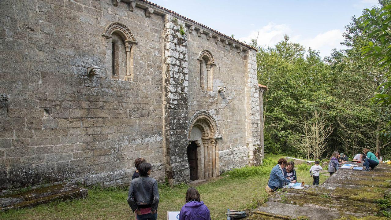 Santa María de Pesqueiras es una iglesia rodeada de bosquey está muy cerca de la ribeira del Miño