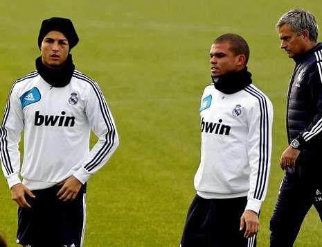 Cristiano Ronaldo, a la izquierda, durante el entrenamiento de ayer junto a Pepe y Mourinho.