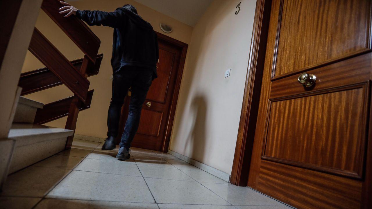 combo galegos 1.Un hombre, frente a la puerta de la vivienda del fallecido