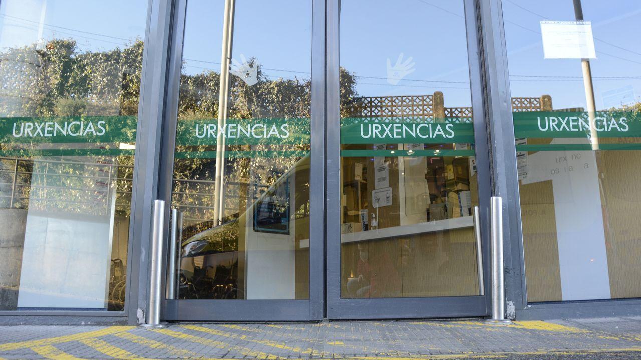 Entrada del servicio de urgencias del hospital Montecelo, en Pontevedra. La vacunación al personal sanitario de primera línea empezó el 13 de enero