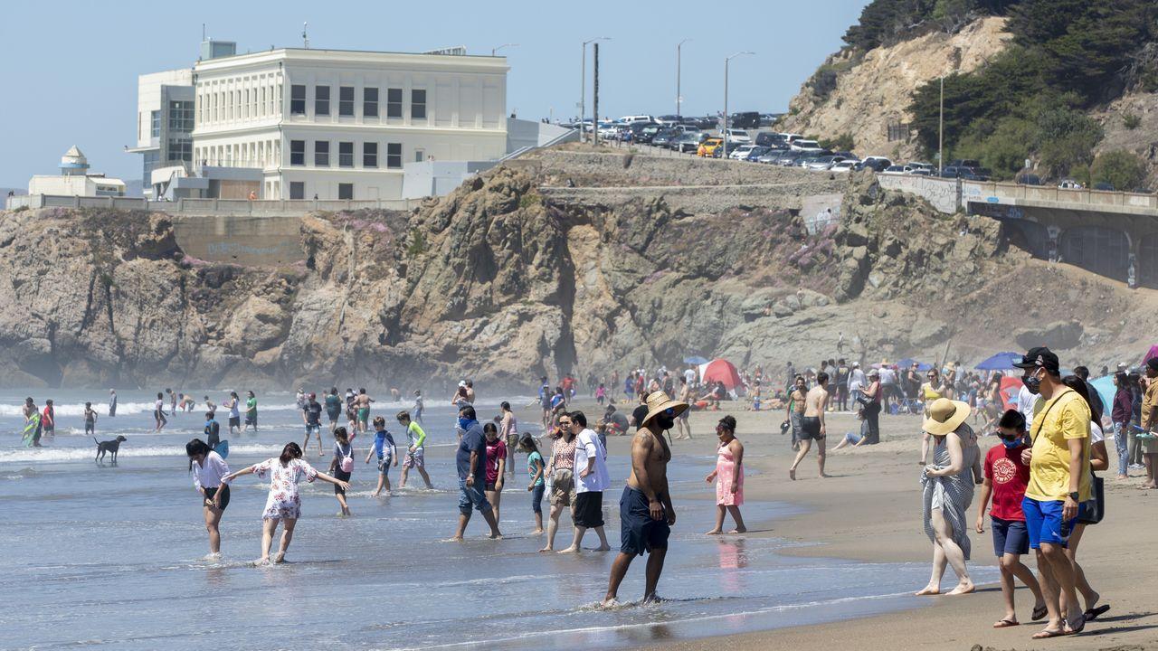 Bañistas en una playa de San Francisco este lunes, en el que se repitieron imágenes de arenales llenos a pesar de las restricciones
