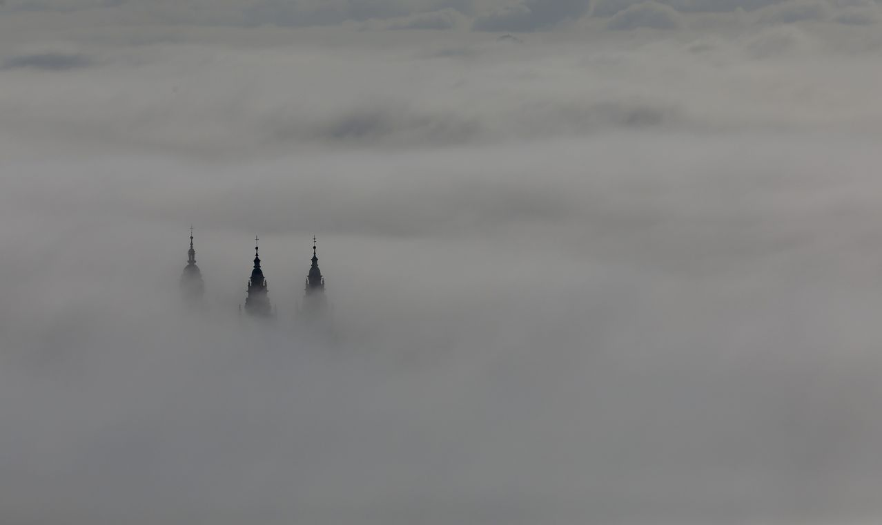 La catedral de Santiago entre la niebla, vista desde el monte Pedroso