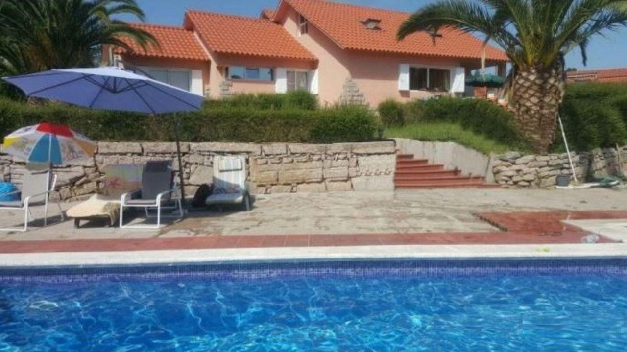 En el Camino de Marcosende se ofrece una casa de 340 metros con pista de báloncesto y piscina por 350.000 euros.