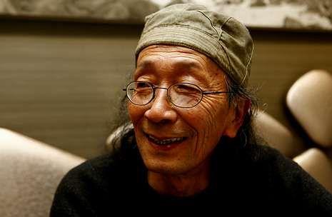 El homenaje de Muxía a Yoshiro Tachibana, en imágenes.Tachibana, en uno de los bares de Muxía donde se reúne a diario con sus amigos.