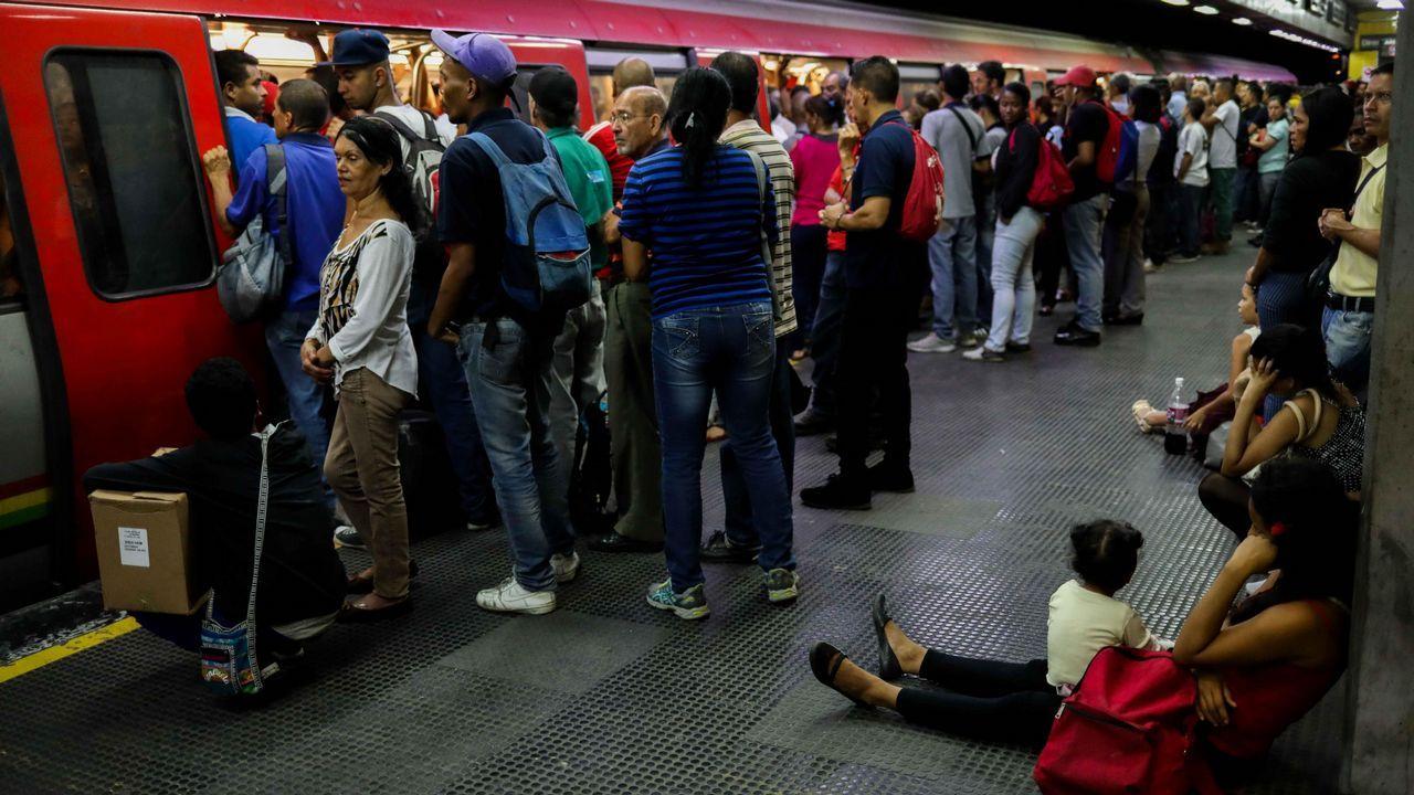 Los caraqueños aprovechan para tomar el metro tras restablecerse el servicio después de los reiterados apagones