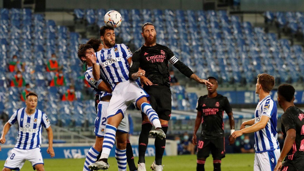 Luismi golpea un balón en el partido ante el Mirandés