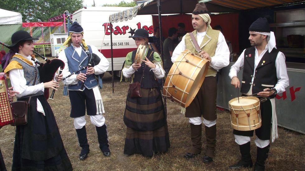 Vendimiando a máquina.Imagen de archivo de unos gaiteiros durante una actuación en las fiestas de Rosende