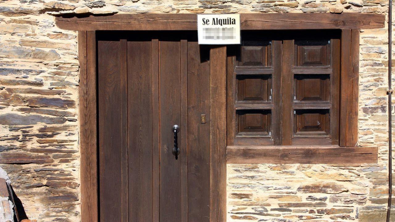 vacunacion asturias.Un trabajador coloca las placas de la calle Federico García Lorca y de la plaza Fresno, en Oviedo, en aplicación de la Ley de la Memoria Histórica