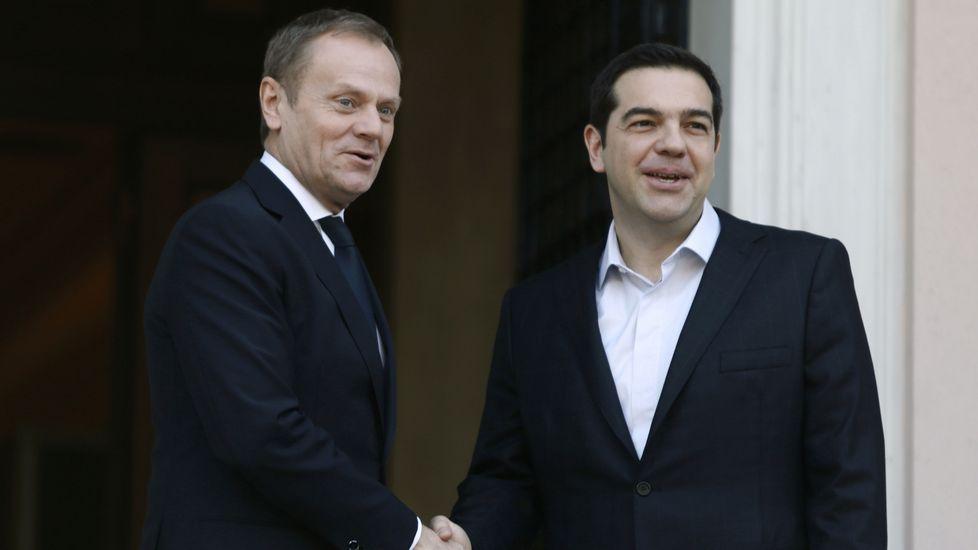 La dura odisea de los refugiados.Tusk (izquierda) y Tsipras (derecha)