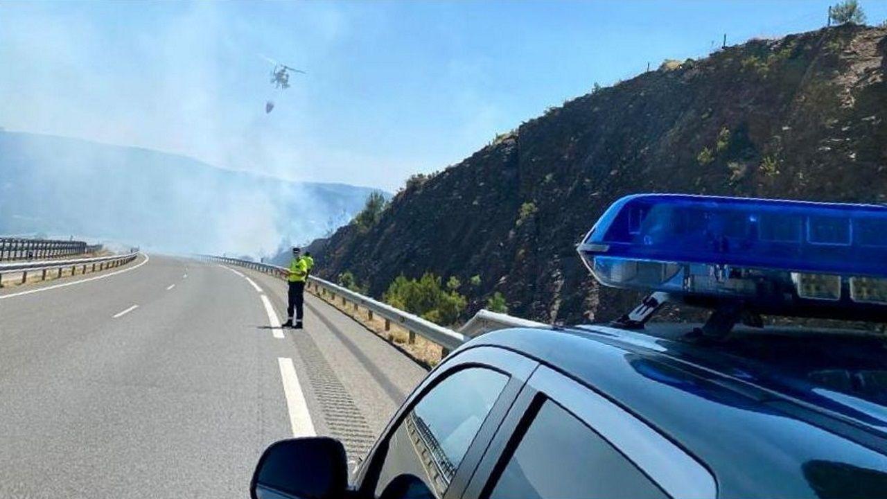 Un incendió en Pentes provoca una nube de humo en la A-52.La furgoneta alcanzó al turismo que circulaba delante