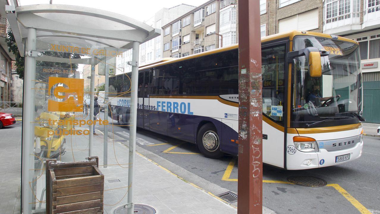 El domingo, unas 15 personas no pudieron subir al autobús en Fene por falta de plazas