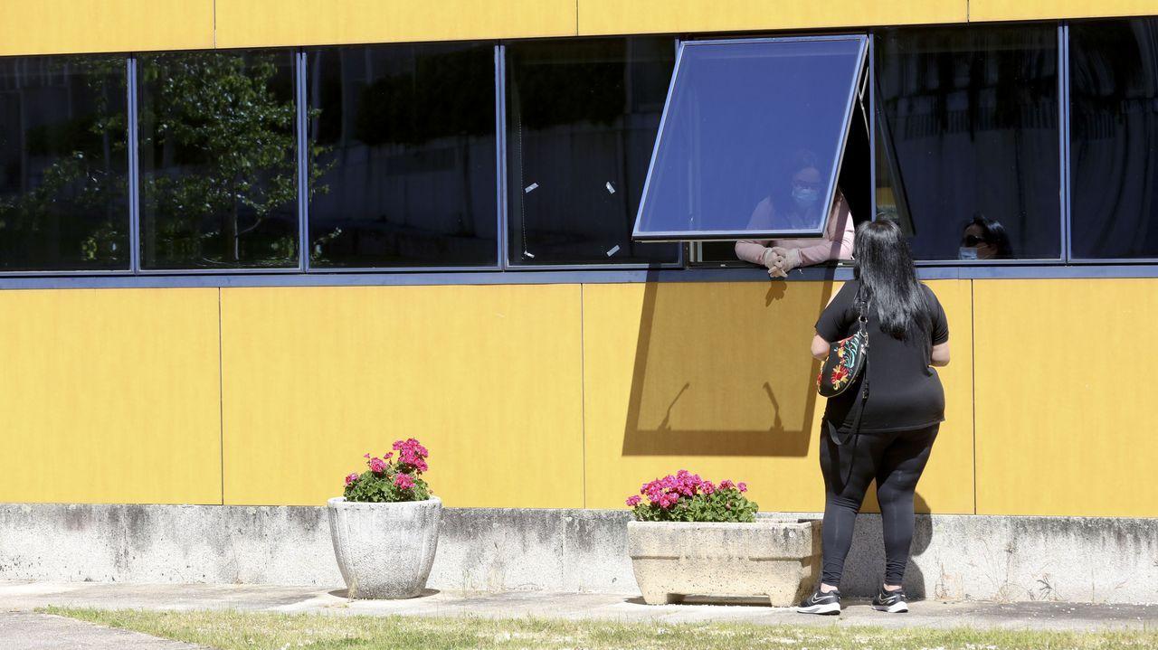 Colas en los juzgados de Vigo.Un ciudadano esperando su turno en el Rexistro Xeral de la Xunta, esta semana en San Caetano