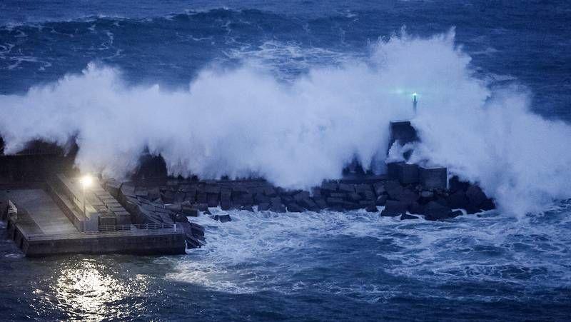 Fuerte temporal en el mar en Galicia.Las construcciones de la base, operativa de 1961 a 1991, han sido desvalijadas y destrozadas.