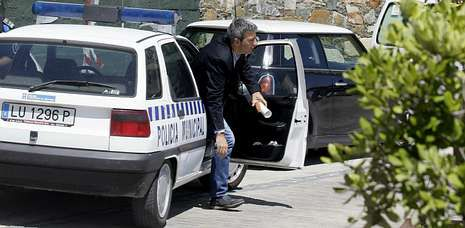 El alcalde de Ribadeo, bajando del coche ante el restaurante donde almorzó Francisco Nicolás.