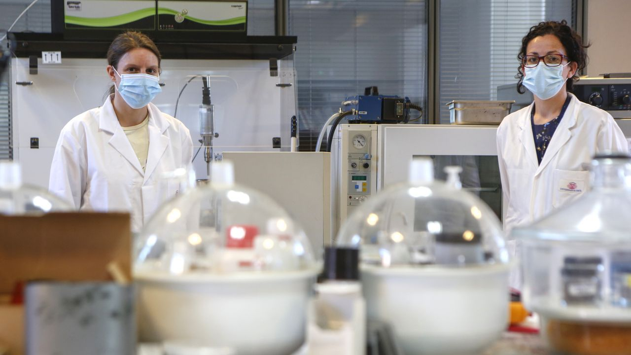 En la imagen, investigadoras de los laboratorios de Plásticos y Químicas del campus de Ferrol
