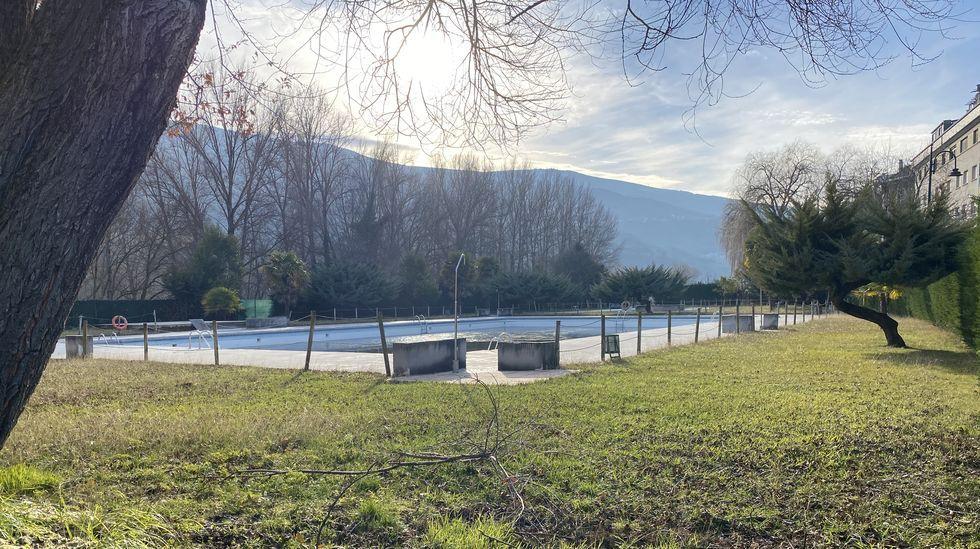 Cabeza de Manzaneda recibe a los primeros esquiadores.Las piscinas de O Barco serán remodeladas