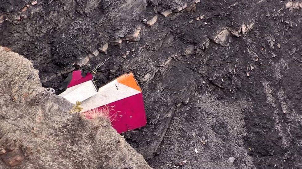 Parte del estabilizador vertical del Airbus A320 de  Germanwings en el lugar del accidente en los Alpes