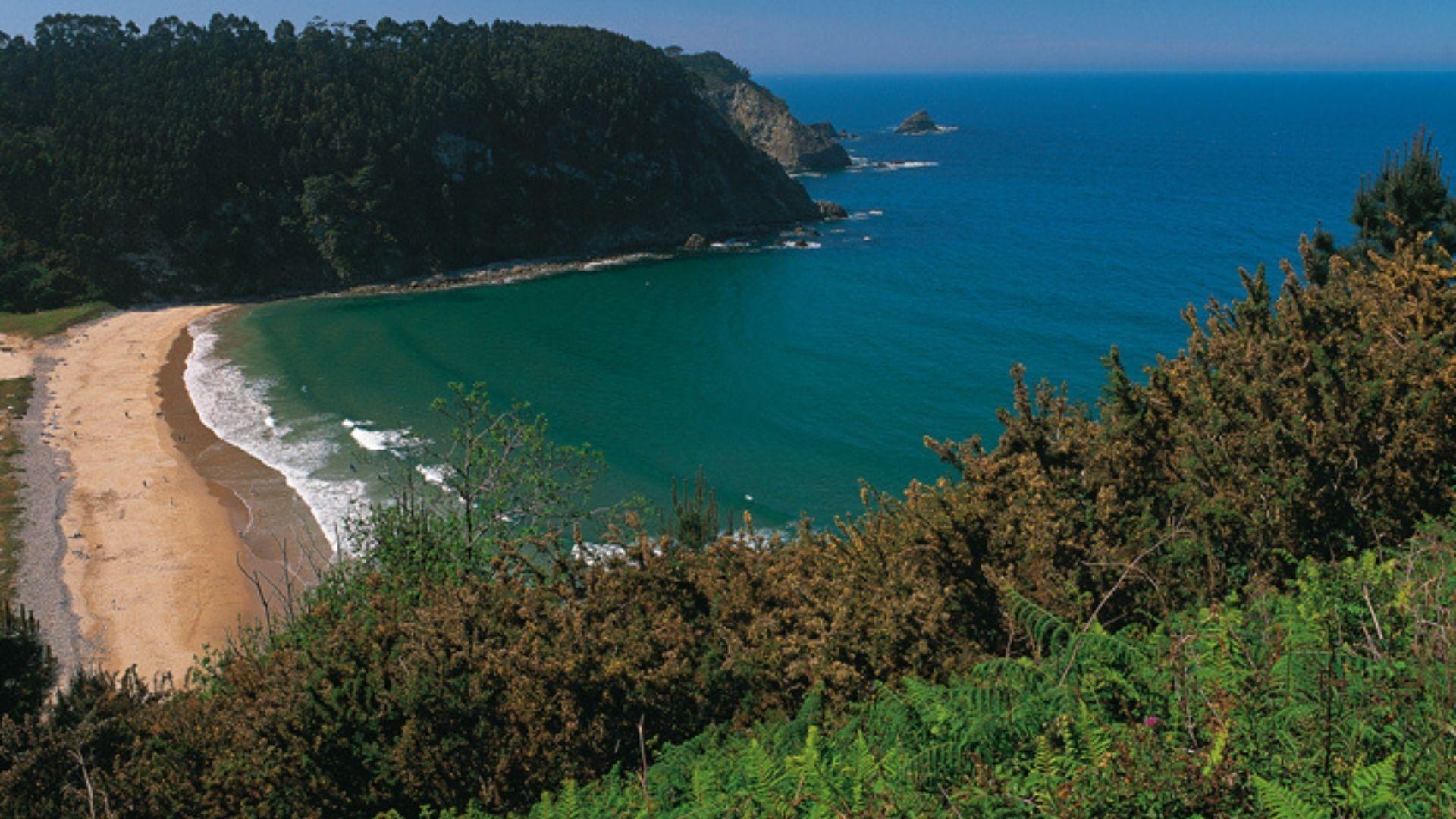 El nuevo anuncio de Armani grabado en Asturias.Playa de San Pedro de la Ribera, en Cudillero