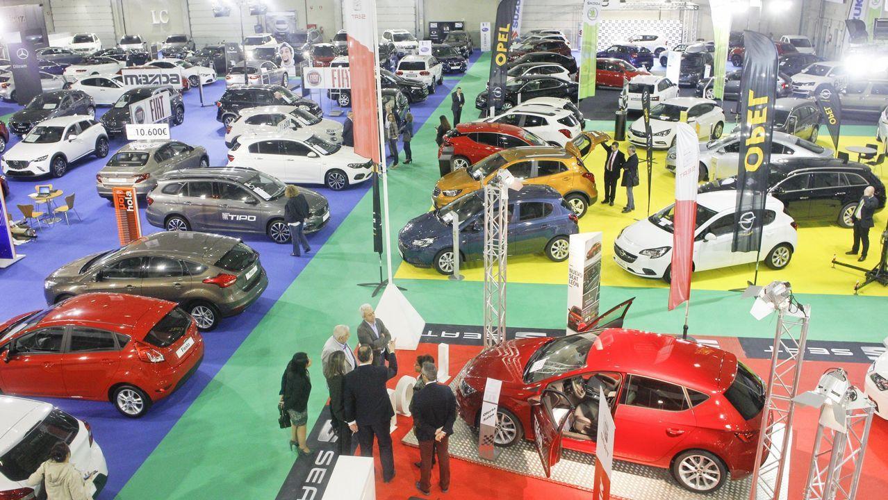 Todos los coches de la parrilla.El propietario de la plaza del aparcamiento de Torreiro, junto al Alfa Romeo  okupa , vecino del Porsche  okupa