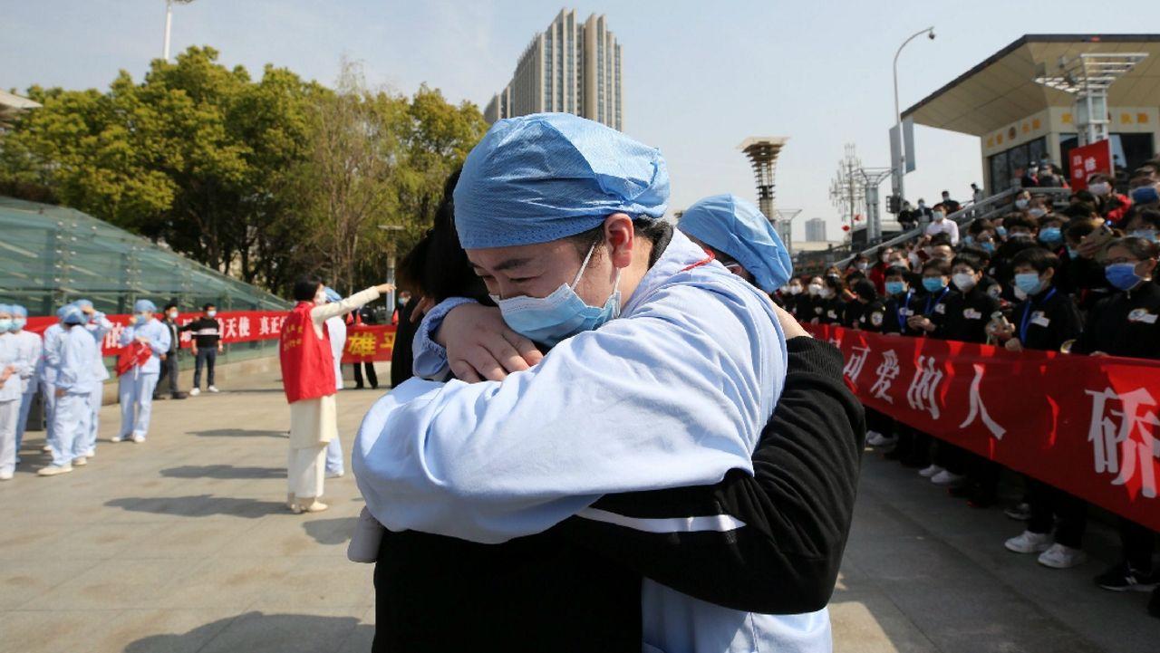 Despedida de un médico que trabajó para contener el coronavirus en Wuhan, China