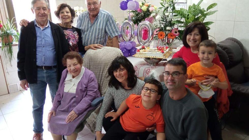 Filomena Lagoa Vila, con algunos de sus familiares el día de su cumpleaños