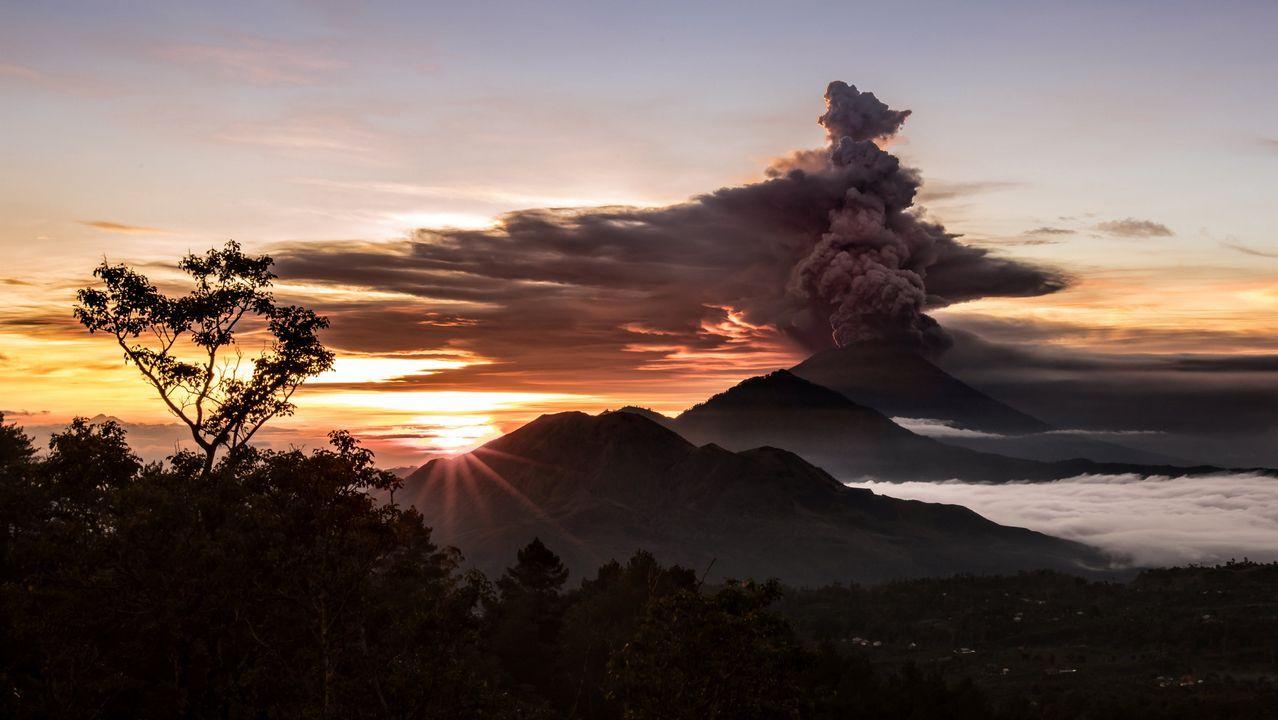 Máxima alerta en Bali tras la erupción de un volcán