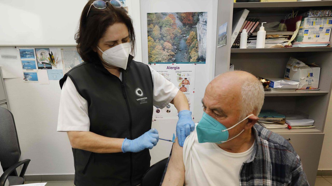 Jornada de vacunación masiva para los gallegos de entre 60 y 65 años.Vacunación contra el covid en el centro de salud de Viveiro