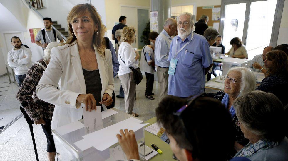 La presidenta del Partido Popular catalán, Alicia Sánchez Camacho, vota en una mesa del Colegio IES Jaume Balmes de Barcelona