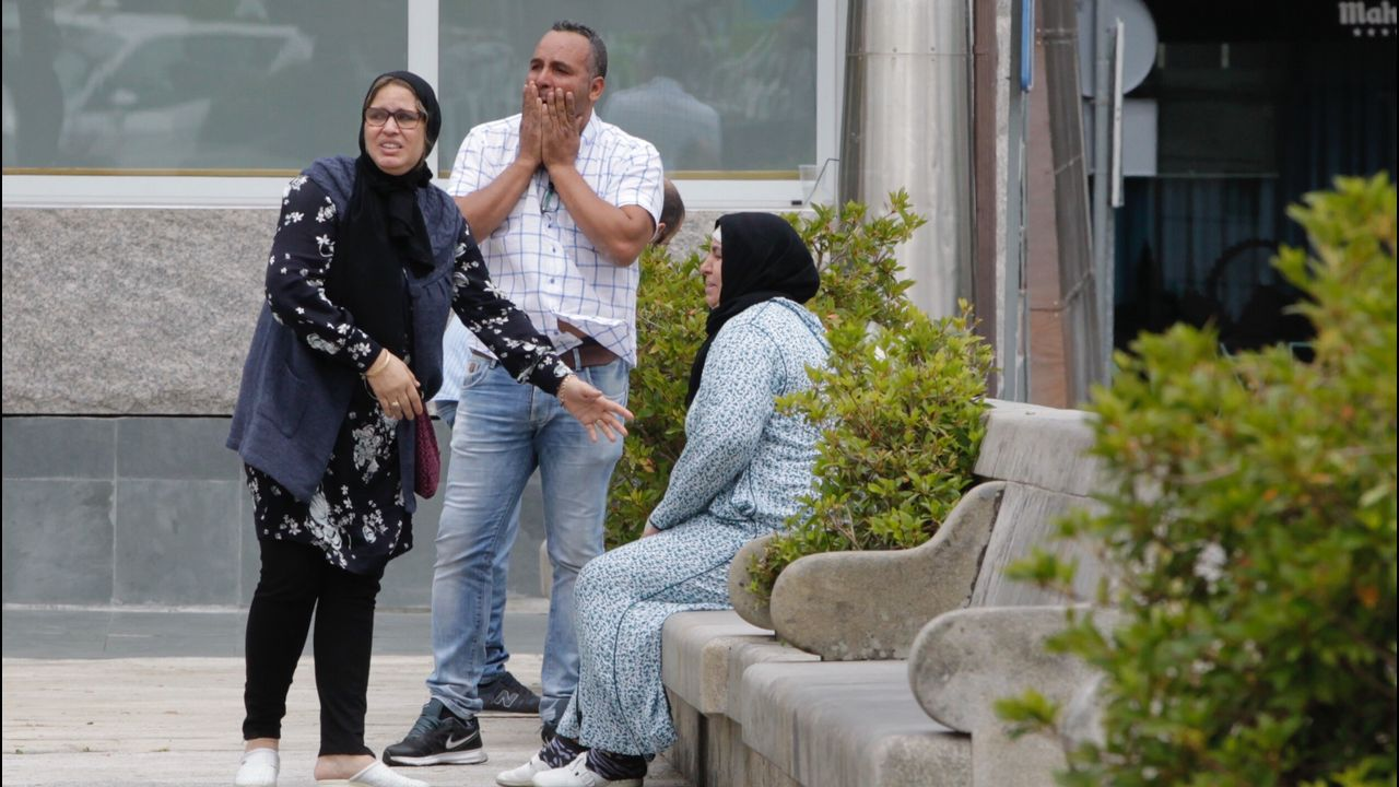 La familia de Soufian no pudo contener el dolor cuando vieron el lugar donde el joven había sido apuñalado. Vecinos y amigos habían depositado velas y flores en el lugar
