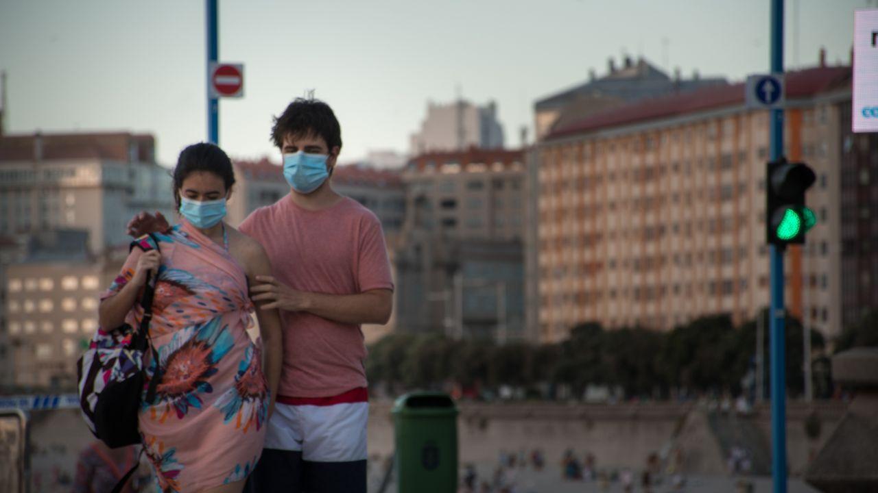 Una pareja, ayer a la caída del sol en el paseo marítimo de Riazor y Orzán
