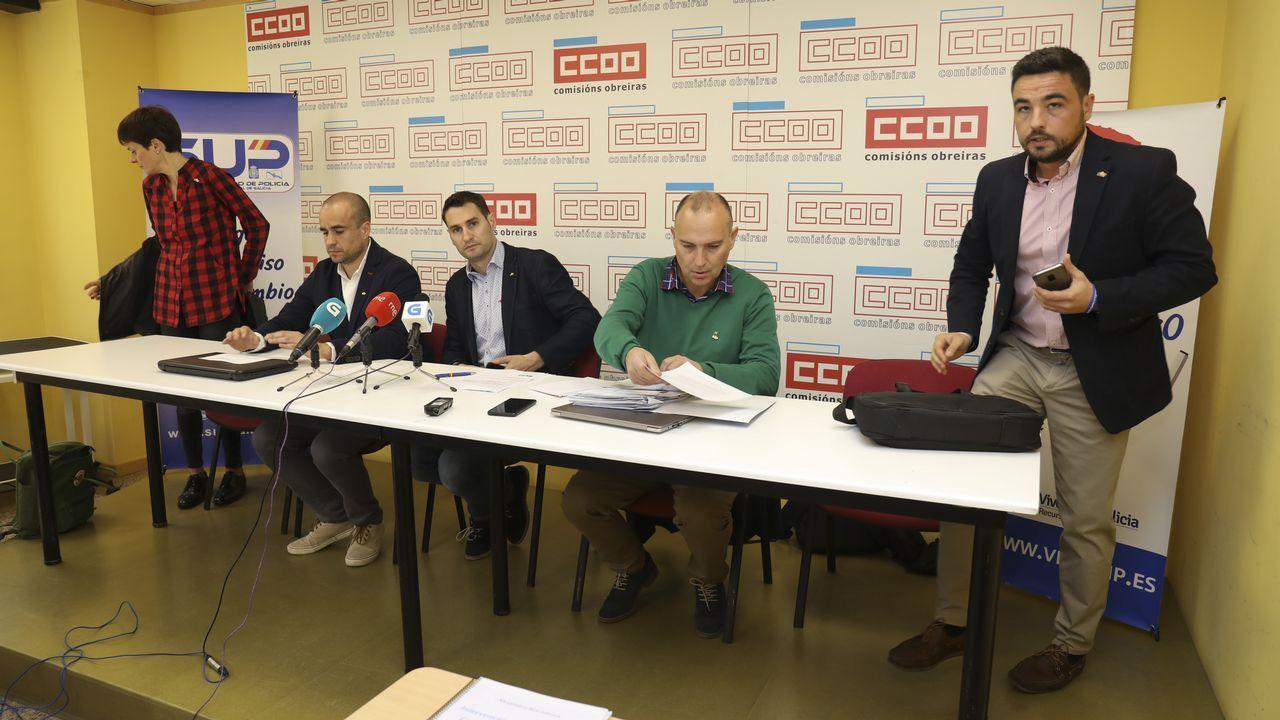 Parlamentarios de Bildu hacen un gesto despectivo a los policías que seguían el debate desde la tribuna del Parlamento vasco